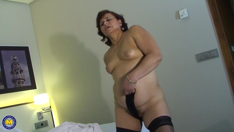 This chubby mature slut loves to play on her bed