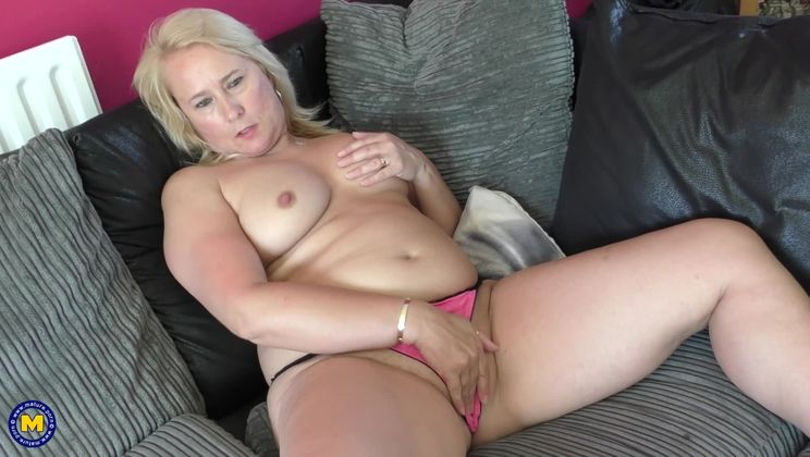 British temptress Michelle playing with herself