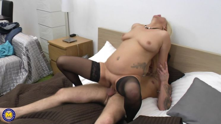 Fresh mature slut doing her toyboy