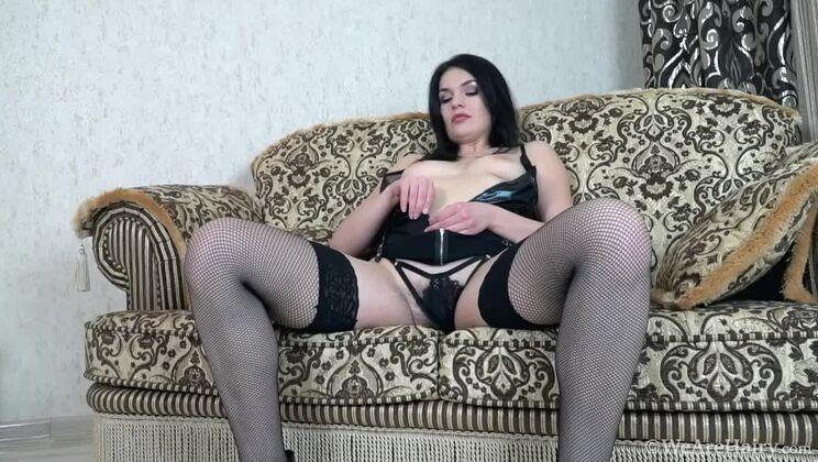Hannah Vivienne masturbates on her chair