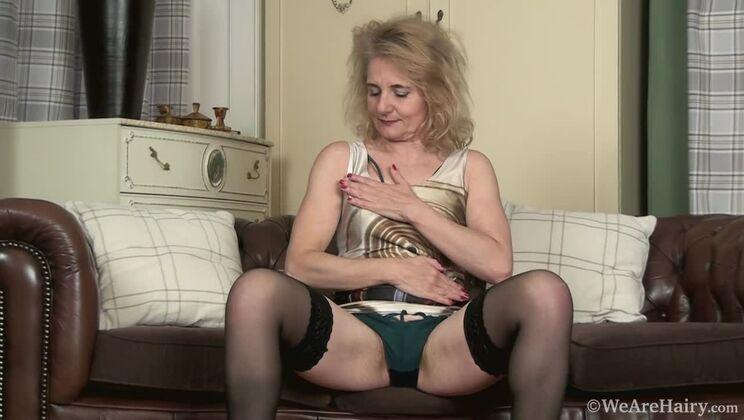 Isabella Diana masturbates on her leather sofa