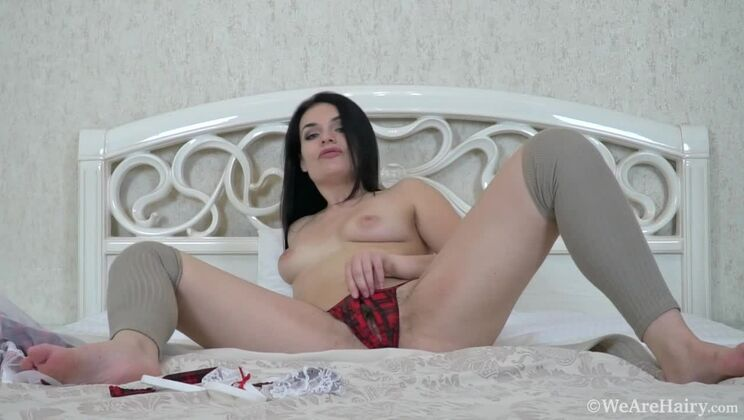 Hannah Vivienne masturbates in bed with a toy