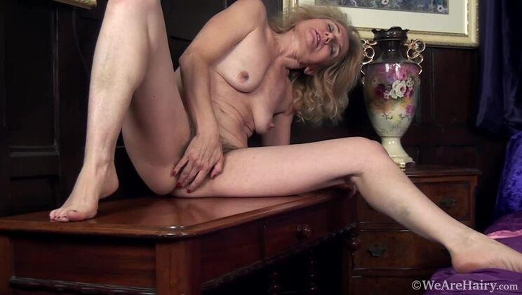 Isabella Diana masturbates in bed