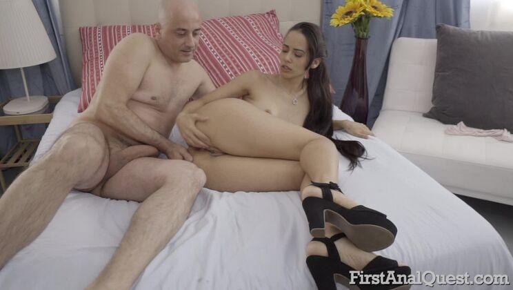 Teen Andreina De Luxe loses her anal virginity