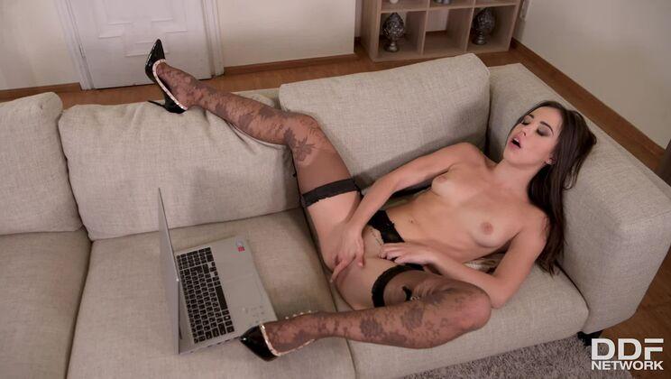 Webcam Girl Flirts & Squirts