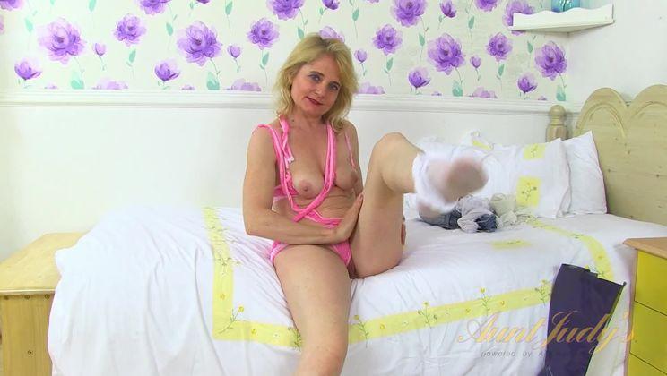 Blonde MILF Isabella Diana Masturbates