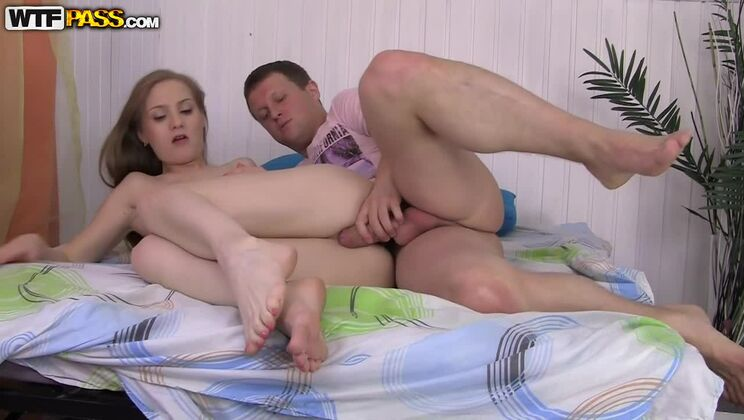 Slutty blonde goes for careless first date sex