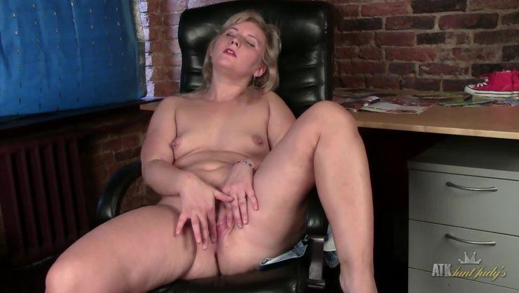 Naughty MILF Alisa rubs her panties
