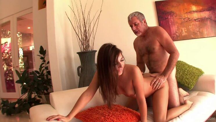 Ariana Grand fucks a silver foxxx with a big dick and he's her stepdaddie!