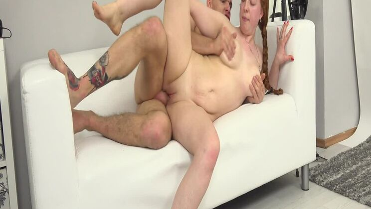 Amateur redhead shows how to suck